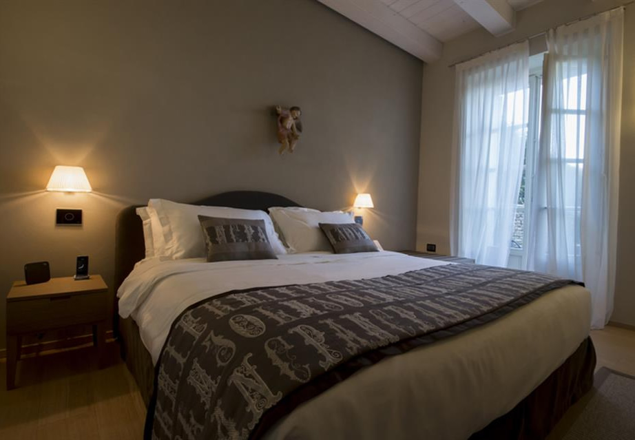 Mussi contract project: Relais San Maurizio room interiors bed