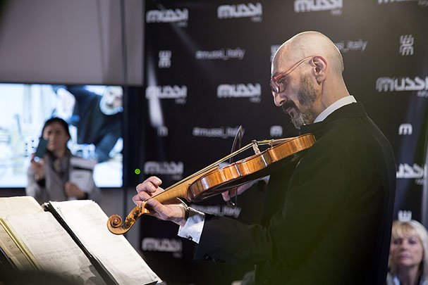 Mussi Italy - Milano Design Week 2019 violinist